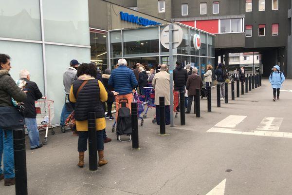 La file d'attente devant l'entrée d'un supermarché de Nantes dès l'ouverture le 17 mars au matin.