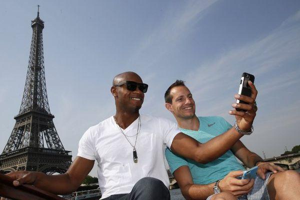 Le perchiste clermontois Renaud Lavillenie et le sprinteur jamaïcain Asafa Powell jouent les touristes à Paris à quelques jours du meeting Areva de Paris-Saint-Denis comptant pour la Ligue de Diamant.