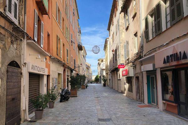 La rue Napoléon vidée de ses passants.