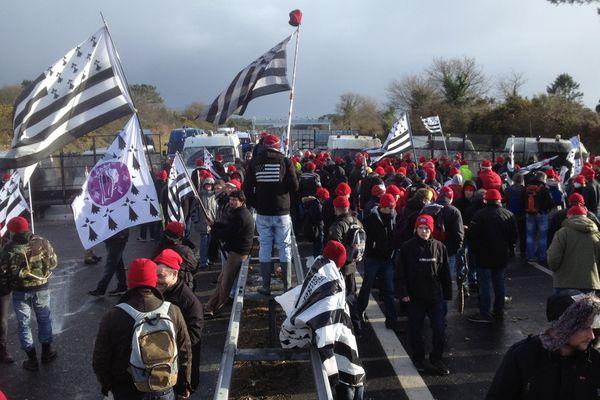 Plus de 250 bonnets rouges manifestent à 300 m du portique écotaxe de Brech (56)