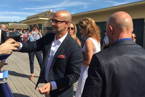 Stanley Tucci signe des autographes avant d'inaugurer sa cabine de plage à deauville