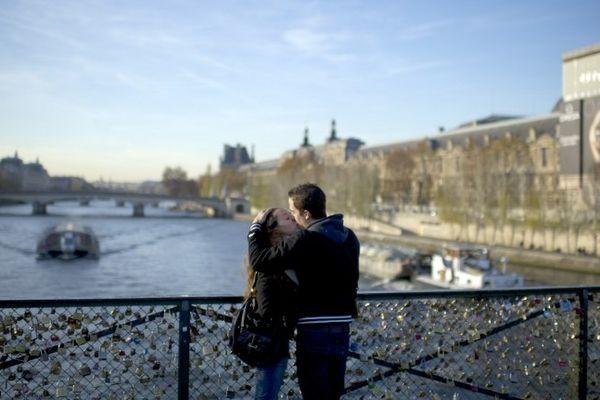 Un couple s'embrasse sur le Pont des Arts à Paris