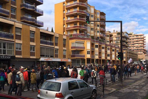 Alors que l'audience est toujours en cours au tribunal, 500 personnes manifestent dans les rues de Gap.