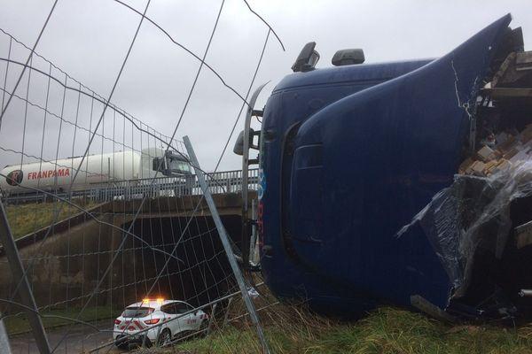 Le véhicule s'est renversé en contrebas de la route.