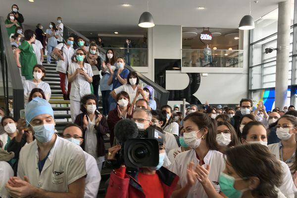 Un nouveau rassemblement des soignants dans le Hall du CHU de Saint-Etienne ce vendredi 15 mai en début d'après-midi