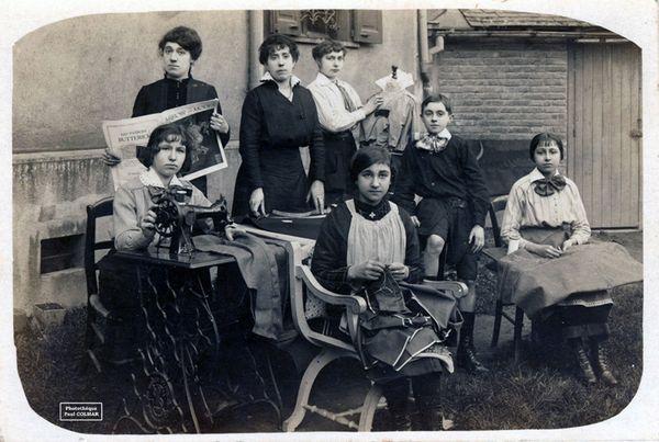 Ouvrières dans un atelier de confection à Limoges