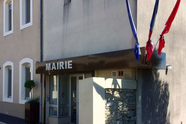 A la mairie de Moussoulens, les drapeaux sont en berne