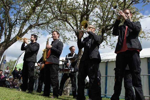Les joyeux Fonk'Farons dans le square de l'évêché ce dimanche après-midi à Coutances