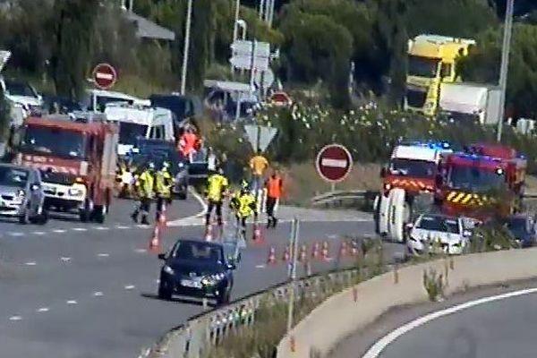 Deux des trois voies de circulation sont bloquées par l'accident.