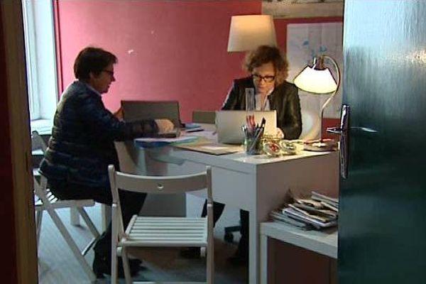 La sénatrice C. Imbert travaille avec sa fille, dans sa circonscription de Charente-Maritime.