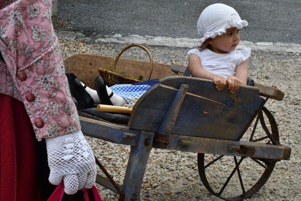 Cette adorable petite fille découvre les joies de la brouette, l'ancêtre de la poussette !