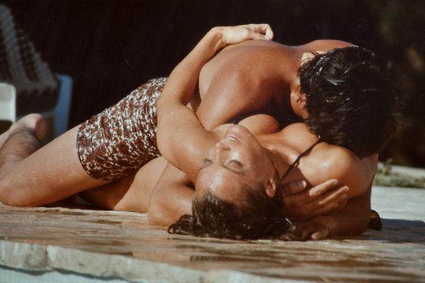 Une photo d'Alain Delon et de Romy Schneider sur le tournage du film La piscine à Ramatuelle est partie à 7986 euros.