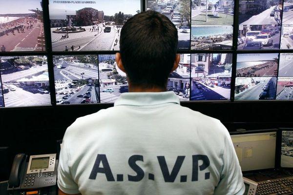 """Un agent posté devant des écrans du """"Centre de supervision urbaine"""" de Nice (Archives)"""