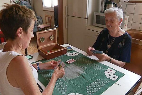 A Saint-Privat en Corrèze, Noëlle (à gauche) a appris à jouer aux cartes au cours de ses visites à Marie-Georgette (à droite).