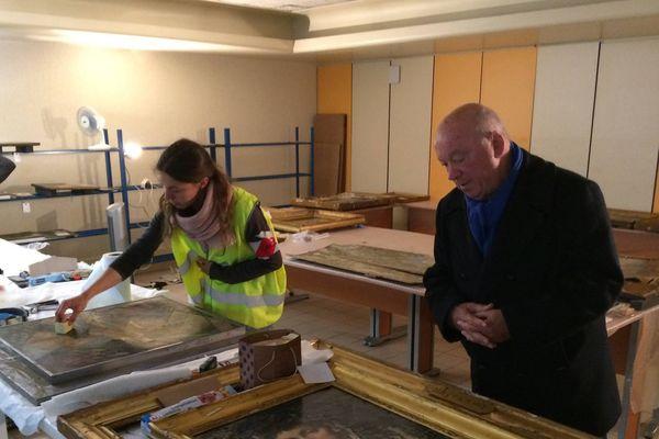Des spécialistes venus de Paris sont venus afin de restaurer les toiles