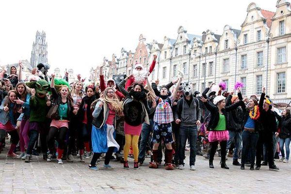 Ce vendredi à Arras; Des centaines de fêtards déguisés à Arras pour un Harlem Shake géant.