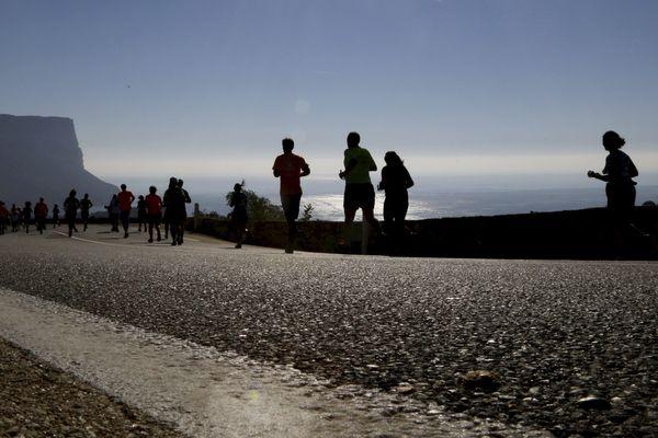 Vue sur le cap Canaille au passage des coureurs du Marseille-Cassis