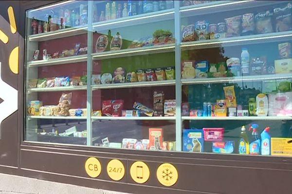Cette boutique robotisée est fournie deux fois par jour en produits de première nécessité.