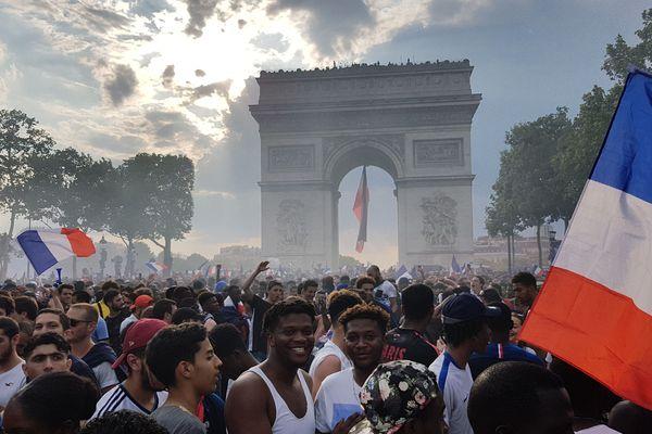 Des milliers de personnes sont attendues aux Champs-Elysées pour acclamer l'équipe de France. (Photo prise le soir de la victoire, le 15 juillet 2018.)
