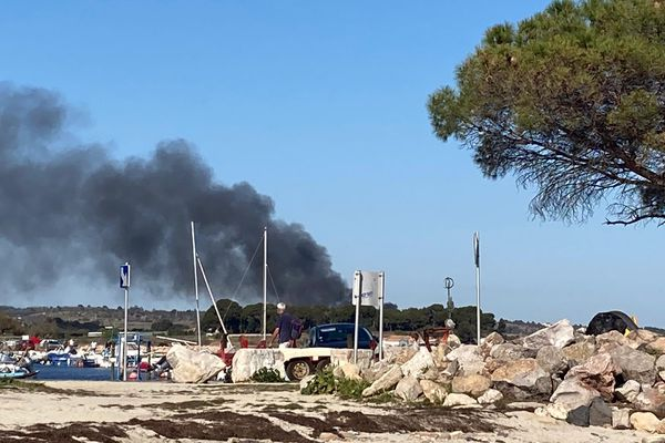 La fumée de cet incendie au coeur du parc conchylicole de Loupian était visible depuis les plages de l'Etang de Thau à Mèze.
