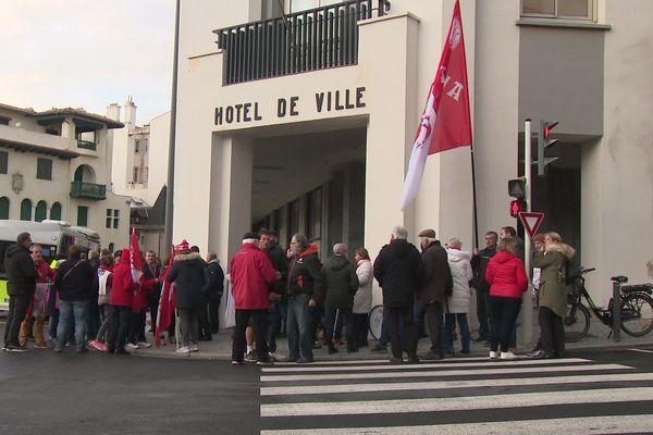Avant la réunion municipale portant sur le projet de réaménagement du plateau d'Aguiléra, des supporters se mobilisent devant l'hôtel de ville.
