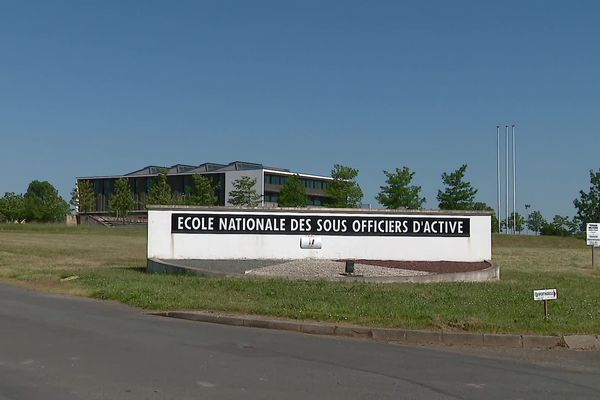 L'Ecole nationale des sous-officiers d'active (ENSOA) à Saint-Maixent-l'École (Deux-Sèvres) forme les futurs cadres de l'Armée de terre.