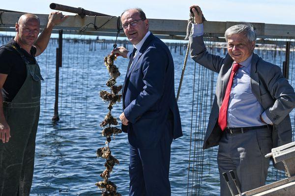 Sète-Etang de Thau (Hérault) - Jean Castex en visite chez les ostréiculteurs. Le Premier ministre est accompagné d'Etienne Guyot, préfet de la région Occitanie (à droite) - 30 septembre 2021.