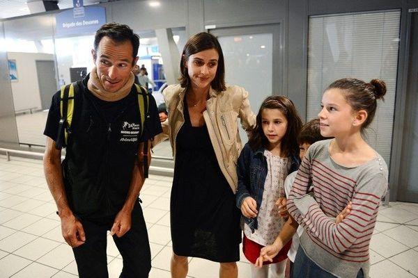Arnaud Manel, l'un des rescapés de l'avalanche du Népal, accueilli par les siens à l'aéroport St Exupéry de Lyon avec le soulagement que l'on imagine.