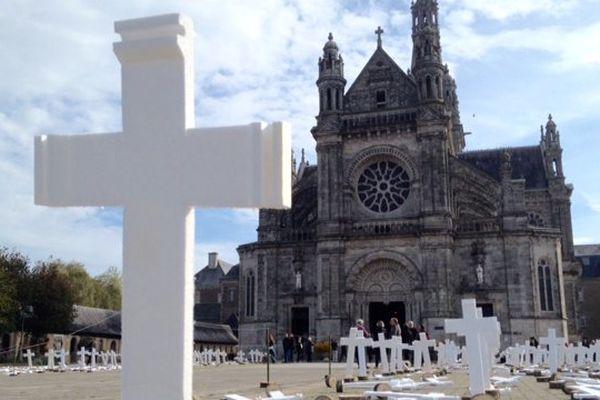 Les croix en hommage aux agricultures suicidés sur le parvis de la basilique de Sainte-Anne d'Auray (56)