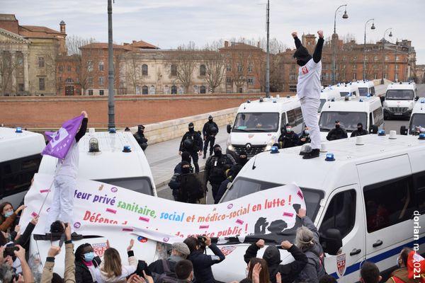 Les manifestants ont été bloqués par les CRS au niveau du Pont-Neuf à Toulouse.