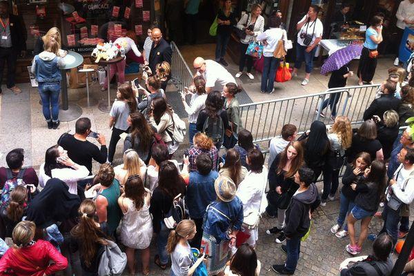Enjoy Phoenix en séance de dédicaces à Nantes