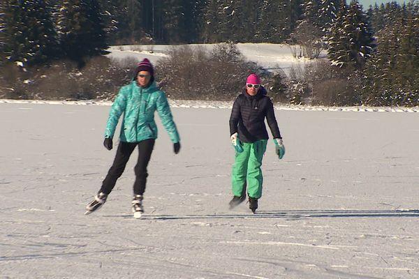 Mieux qu'une patinoire, un lac bien gelé dans le Haut-Doubs !
