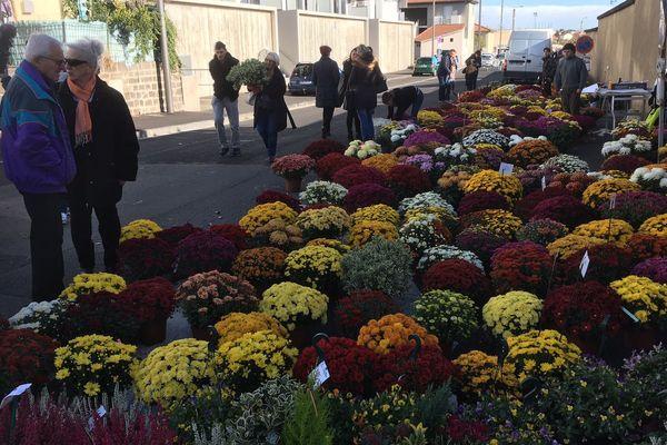 Les vendeurs de chrysanthèmes sont installés aux portes des cimetières, comme à Clermont-Ferrand (Puy-de-Dôme).