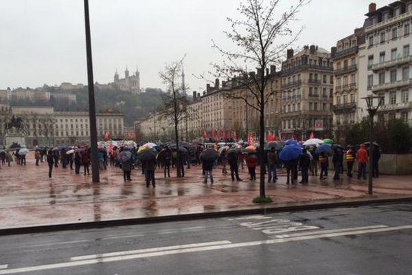 Rassemblement de près de 250 personnes place Bellecour, avant le départ du cortège...