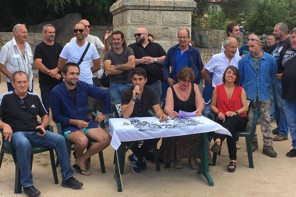 Core in Fronte a tenu une conférence de presse devant la mairie de Pianottoli-Caldarellu.