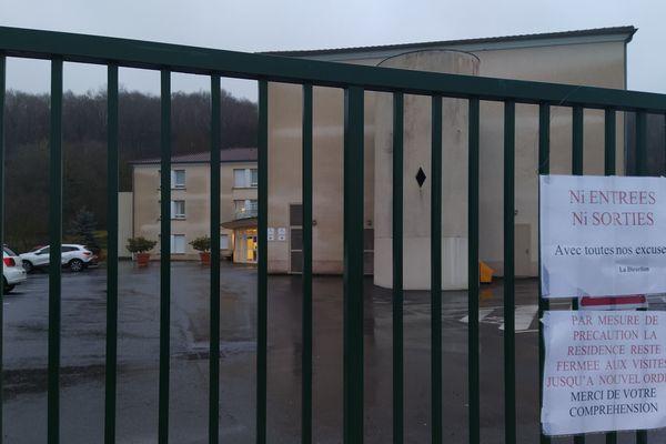 Devant la maison de retraite d'Œuilly dans la Marne, la fermeture au public a été décidée, suite au soupçon d'un cas de coronavirus.