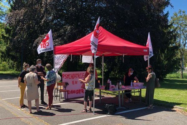 """Mercredi 20 mai, la CGT a mobilisé les personnels du centre hospitalier isarien sur le site de Fitz-James en vue d'un mouvement national prévu le 16 juin. Ils revendiquent des hausses de salaires et l'attribution de la """"prime Covid"""" à tous."""