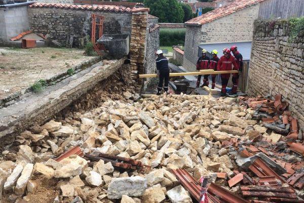A Nanclars, un mur gorgé d'eau s'est effondré après les pluies diluviennes de ce lundi matin.