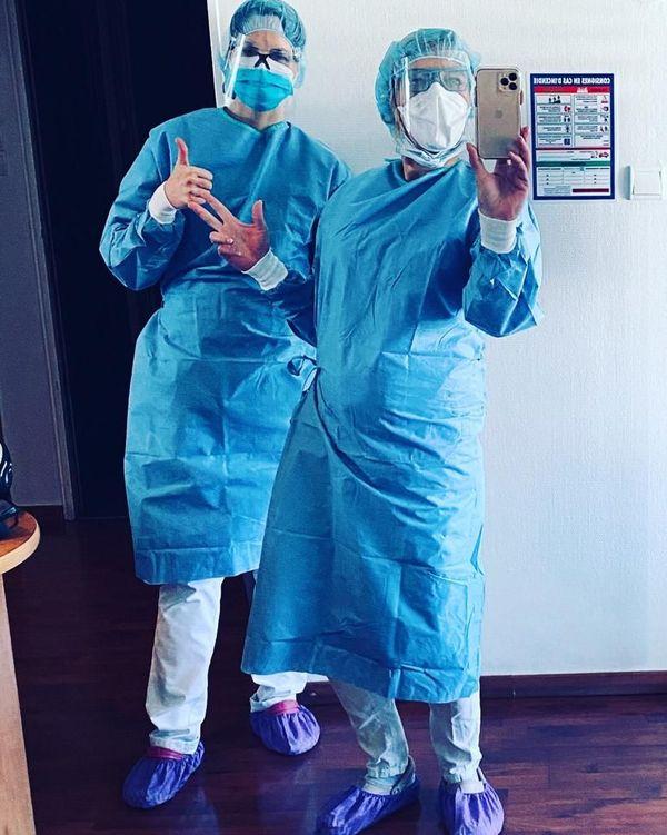 Marie Anselm et sa collègue prennent leur première garde d'urgence dentaire le 5 avril 2020, équipées pour éviter la propagation du covid 19, les sur-chaussures ne sont désormais plus obligatoires.