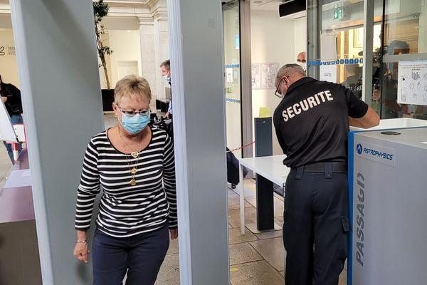 La mère de Valérie Bacot à son arrivée au palais de justice ce mercredi 23 juin.