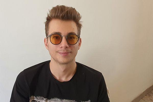 Thomas a des lunettes adaptées à sa vue.