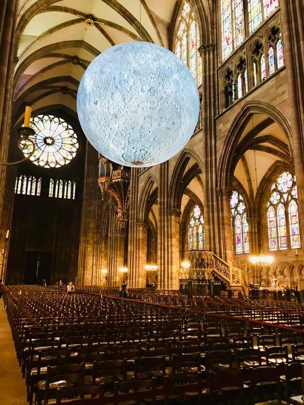 Pour la première fois, l'astre lunaire flotte dans la cathédrale de Strasbourg.