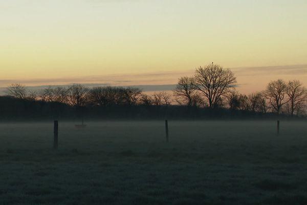 Le petit matin à Montaillé dans la Sarthe, jour du passage à l'heure d'été le 28 mars 2021