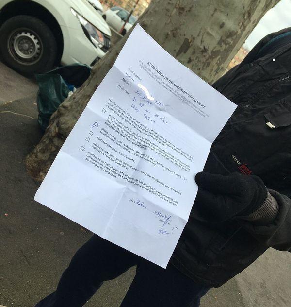 A 9h30 ce matin, à quelques heures du confinement, Yves, retraité habitant à Caluire, avait déjà sur lui son attestation l'autorisation à circuler ...  on l'a croisé Quai Saint-Antoine à Lyon 17/3/20