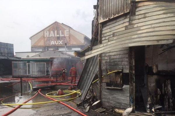 Des locaux commerciaux du marché aux puces sont réduits en cendres.