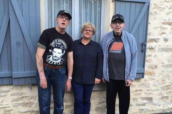 Yolande héberge des patients depuis 20 ans à Meillant dans le Cher. Elle veille sur ses deux pensionnaires du moment : Stéphane, fan de rap, qui cohabite avec Bernard, fan de Johnny Halliday.