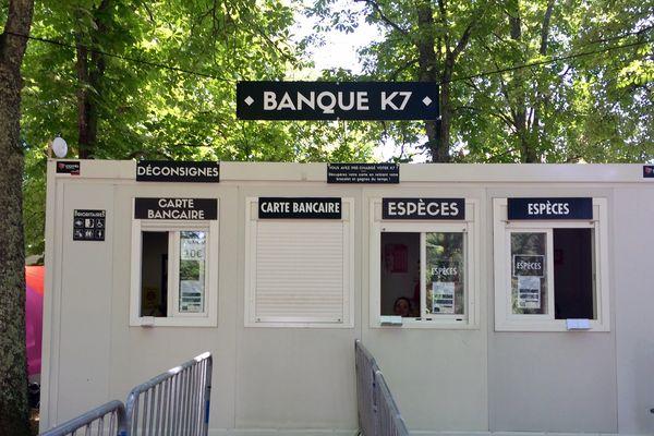 Bureau de banque officiel du festival : plusieurs annexes ouvertes sur tout le site