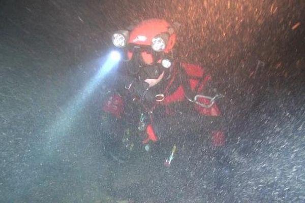 Sylvain Redoutey dans la grotte immergée