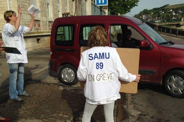 Les manifestants devant l'hôpital de Joigny ce lundi 11 mai au matin