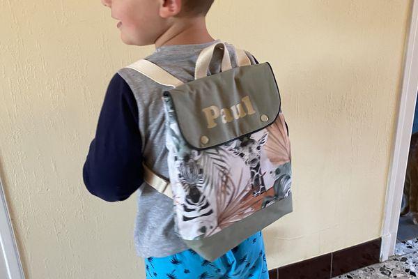 Paul fera sa première rentrée avec un sac à dos personnalisé, créé et cousu en Haute-Marne.